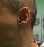 Мужской пирсинг левого уха.