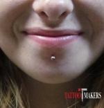 Пирсинг по середине нижней губы