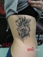 Красивая татуировка розы.