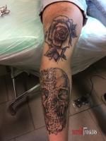 Татуировка чарепа и роза.