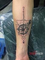 Тату компас и надпись на руке.