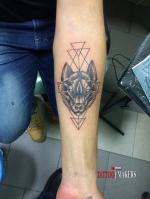Стильная татуировка волка на руке.
