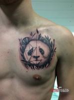Татуировка панды на груди.