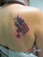 Патриотическая татуировка, вышиванка и колосок.