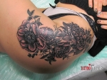 Красивая татуировка цветов на бедре.