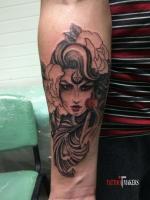 Татуировка девушки на руке.