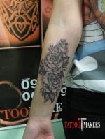 Татуировка роз на руке.