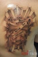 татуировка крест и надпись