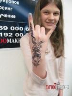 Девчонка хвастается татуировкой.