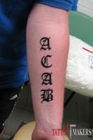тату надпись готикой на руке