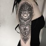 Орнаментальная татуировка на руке.