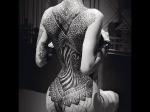 Большая татуировка на спине.
