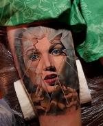 Реалистичная девушка за разбитым стеклом
