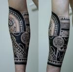 Татуировка с маской на руке.