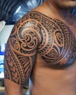 Полинезийская татуировка с выходом на грудь.