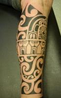 Полинезийские узоры в татуировке.